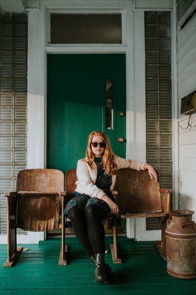 Mujer sentada en un banco esperando.